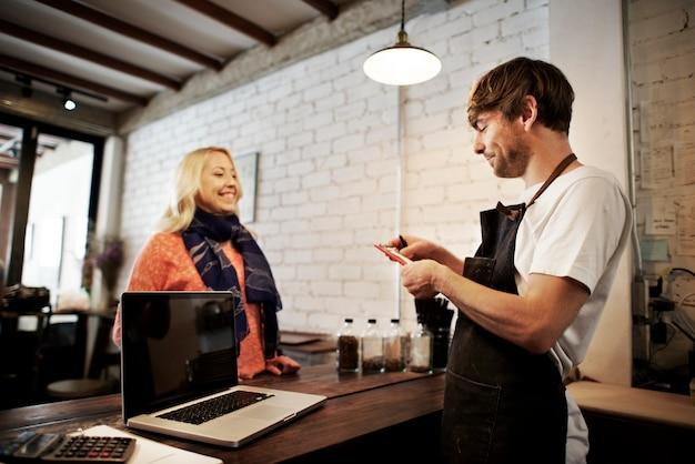 Café-kaffee-kellner staff serving cafeteria-schutzblech-konzept