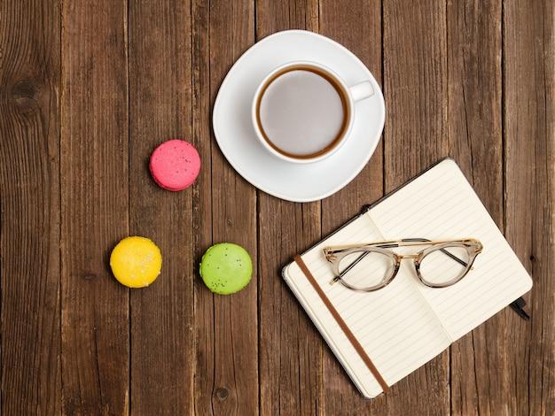 Cafe. notizblock, gläser, kaffeetasse und dessert