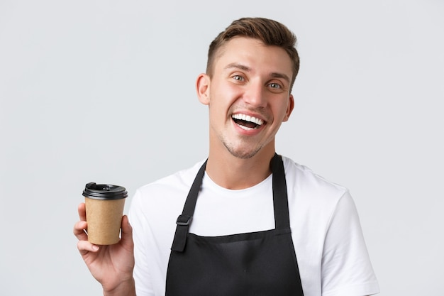 Café- und restaurants-café-besitzer und einzelhandelskonzept freundlicher, fröhlicher, gutaussehender barista in schwarz...