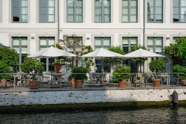 Cafétische am kanal in brügge belgien be
