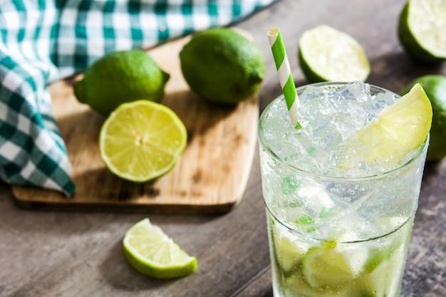 Caipirinha-cocktail im glas auf holztisch