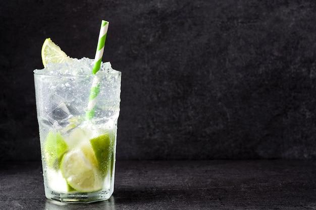 Caipirinha cocktail im glas auf schwarz