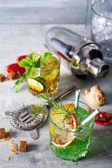 Caipirinha, mojito-cocktail, wodka oder soda-drink mit limette, minze und stroh