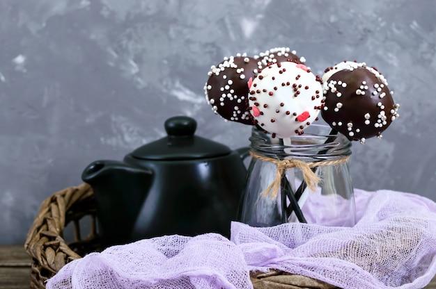 Cake pops. runde süßigkeiten am stiel in schokoladenglasur.