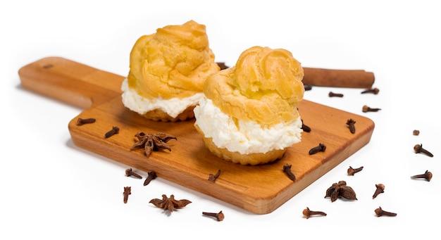 Cakes sus dutch soes sind runde kuchen mit hohlräumen, die fla-pudding enthalten
