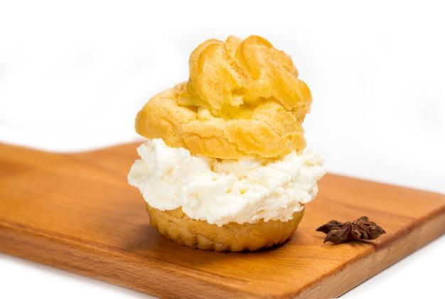 Cakes sus dutch soes sind runde kuchen mit hohlräumen, die fla vanillepudding enthalten Premium Fotos