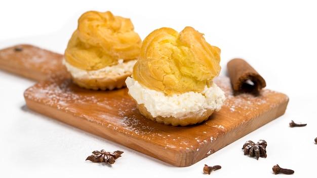 Cakes sus dutch soes sind runde kuchen mit hohlräumen, die fla vanillepudding enthalten