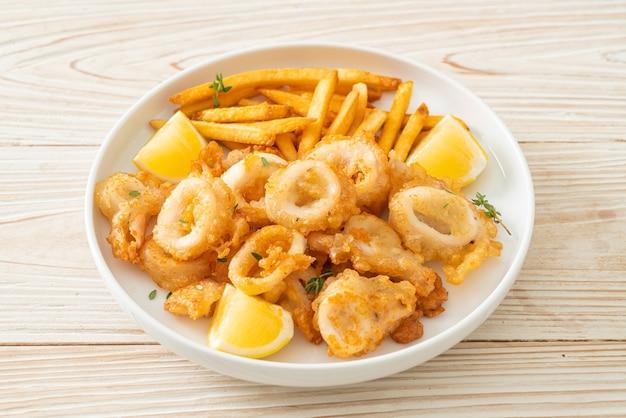 Calamari - gebratener tintenfisch oder oktopus mit pommes frites
