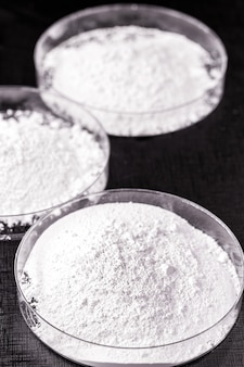 Calciumcarbonat, das ergebnis der reaktion von calciumoxid mit kohlendioxid. in petrischale zubereitet werden