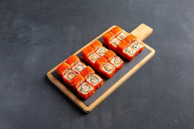 California maki sushi mit masago - roll aus krabbenfleisch, avocado, gurke im inneren.