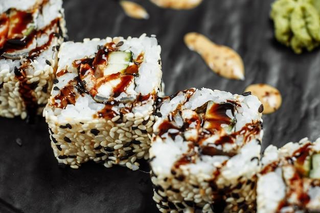 California roll sushi mit räucheraal, gurke, avocado. sushi-menü. japanisches essen.