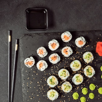 California roll und avocado maki sushi roll draufsicht