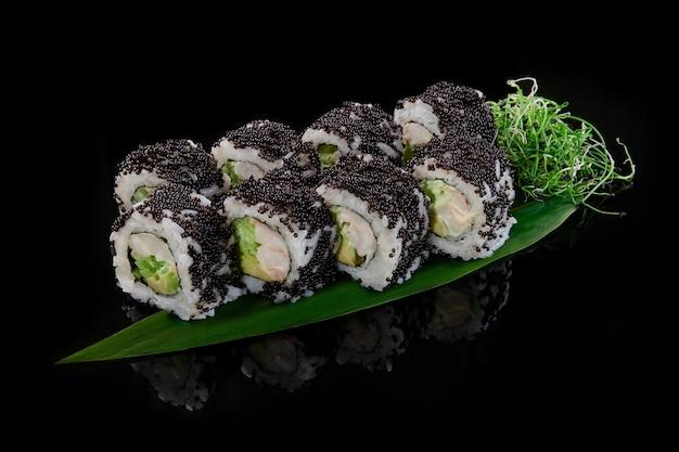 California rolls in schwarzem tobiko mit krabben-avocado-gurke