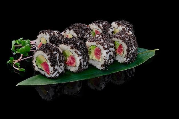 California rolls mit thunfisch avocado gurke mayonnaise black tobiko