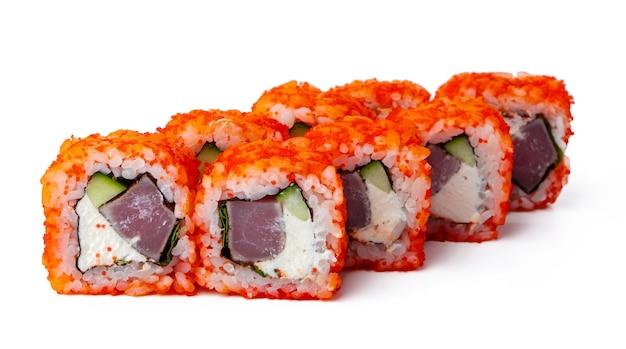 California sushi-rolle isoliert auf weißem hintergrund
