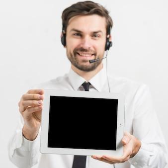 Call-center-agent präsentiert tablet-vorlage