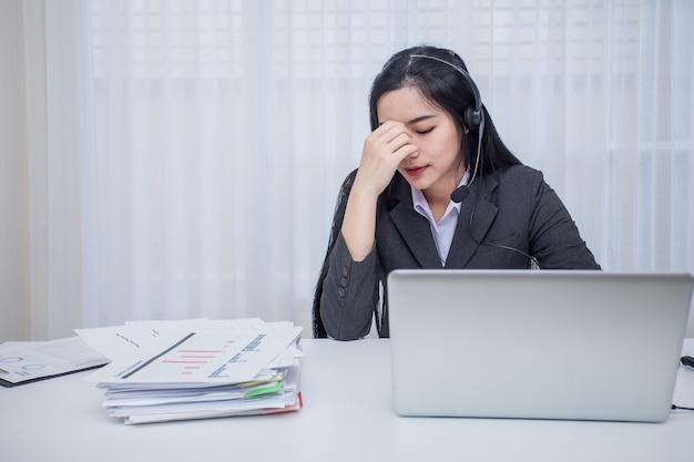 Call-center angestellter. stress von der arbeit im büro.