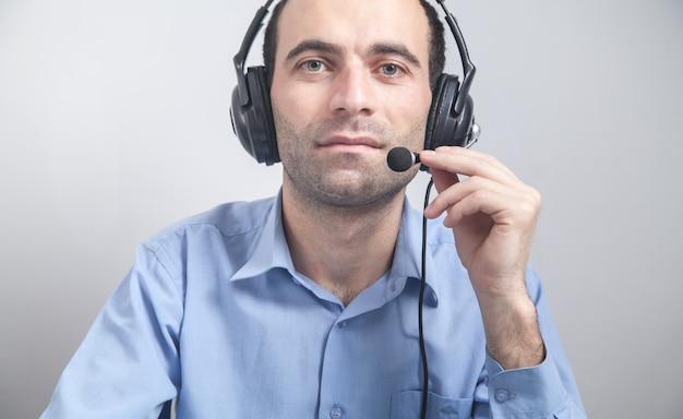 Call-center-arbeiter mann tragen kopfhörer.