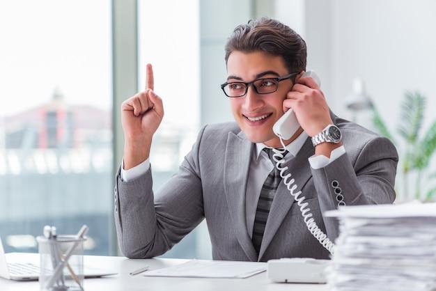 Call-center-betreiber am telefon sprechen