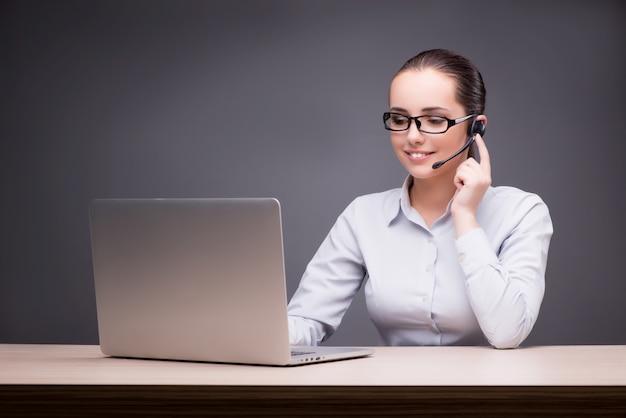 Call-center-betreiber an ihrem schreibtisch arbeiten