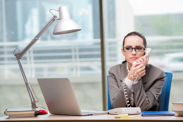 Call-center-betreiber arbeitet an ihrem schreibtisch