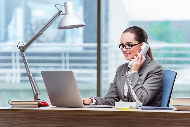 Call-center-betreiber im geschäftskonzept