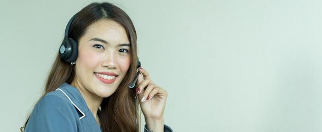 Call-center-frau mit kopfhörer
