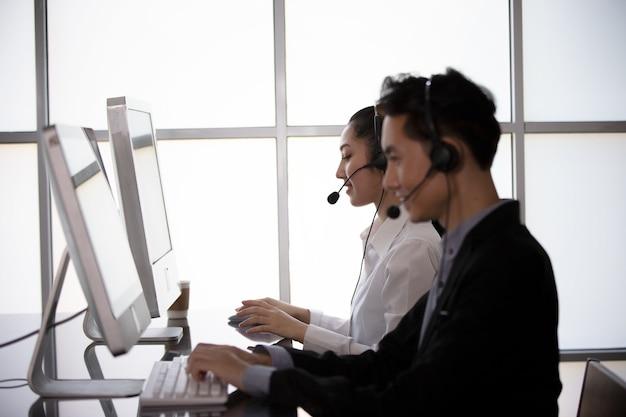 Call-center-it-support hilft dem kunden, eine lösung für geschäfts- und beratungskunden zu finden