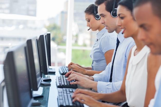 Call-center-mitarbeiter arbeiten an computern