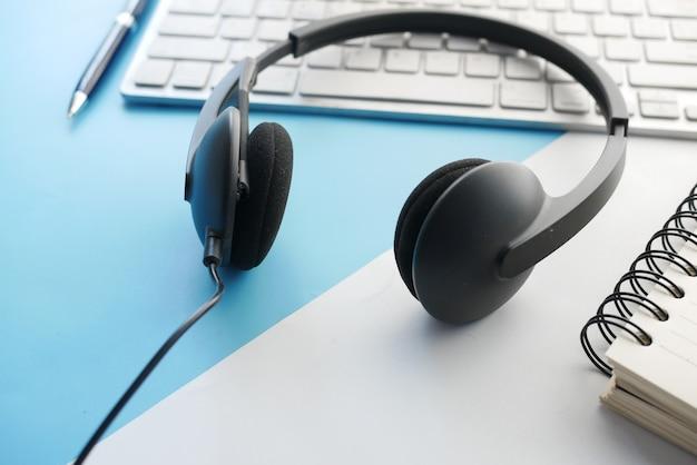 Callcenter-kopfhörer auf laptop auf tisch