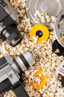 Camcorder-kamera mit filmrollen auf popcorn