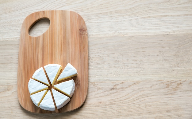 Camembert auf dem holzbrett