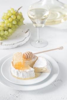 Camembert mit honig, trauben und weißwein