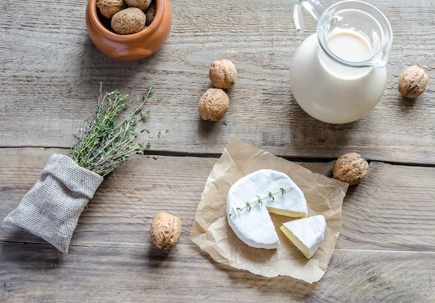 Camembert mit krug milch und ganzen nüssen
