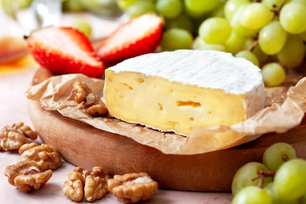 Camembert mit trauben und walnüssen