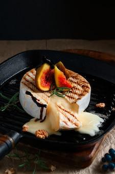 Camembertkäse in gusseiserner pfanne, ofen mit feigen, walnüssen und rosmarin gebacken