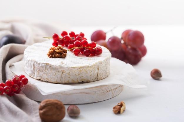 Camembertkäse mit früchten, nüssen und beeren, selektiver fokus