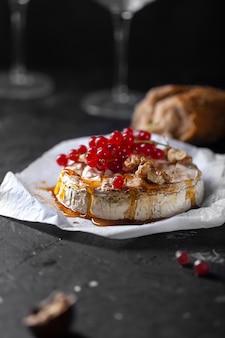 Camembertkäse mit früchten, nüssen und beeren