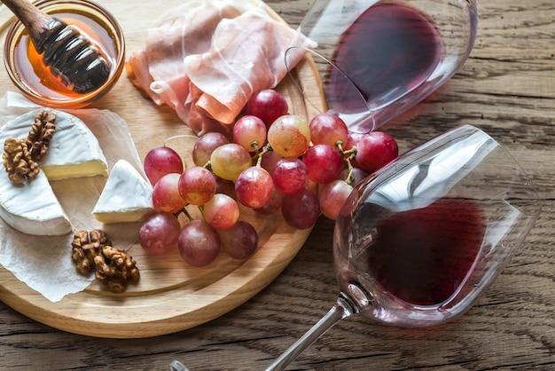Camembertkäse mit gläsern rotwein