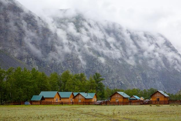Camp am fuße der nebelbedeckten klippe