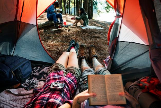 Camper entspannen auf dem campingplatz