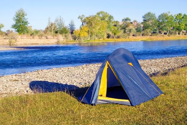 Camping am schönen fluss