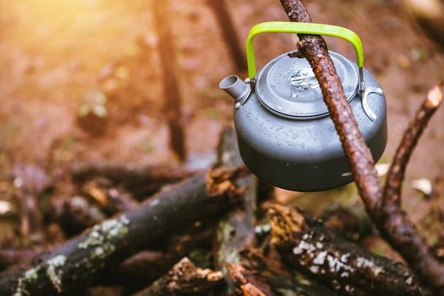 Camping auf dem berg in der wilden natur