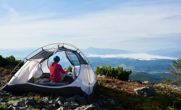 Camping auf dem gipfel des berges am hellen sommermorgen