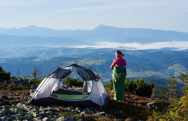 Camping auf dem gipfel des berges am morgen