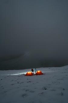 Camping auf einem nebligen verschneiten berggipfel