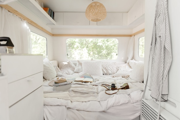 Camping in einem wohnwagen, wohnmobil interieur, niemand. reisen mit dem van, urlaub mit dem wohnmobil, campingausrüstung, freizeitfahrzeug