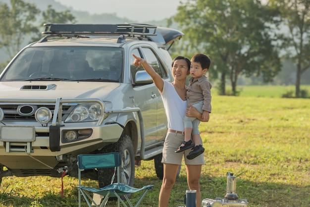 Camping mit kindern. glückliche mutter und sohn mit zeit im freien im herbstpark verbringen.