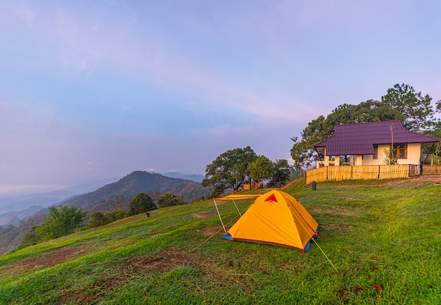 Camping orange zelt im nationalpark im norden, thailand.