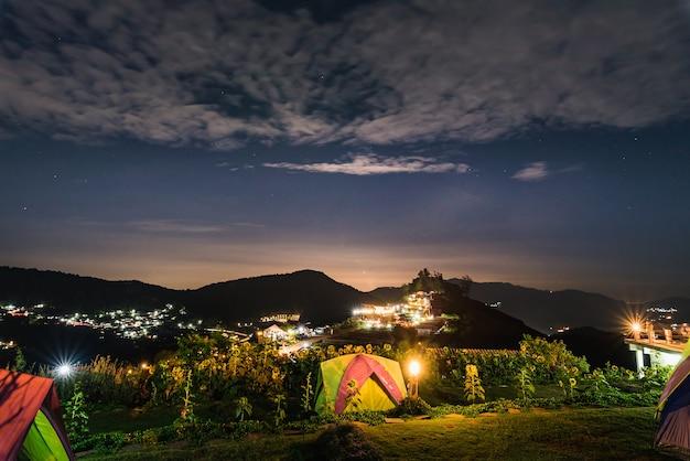 Camping zelt berg bei nacht